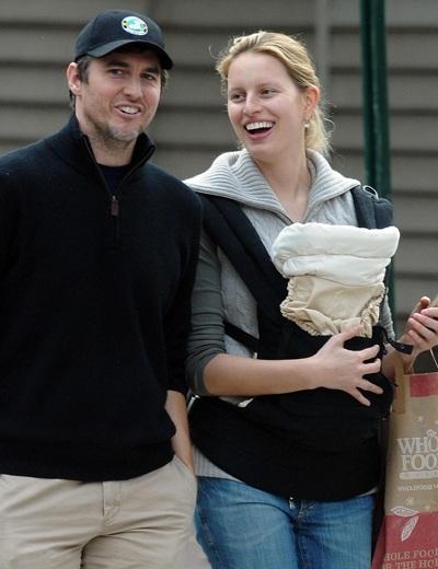 Karolina Kurkova dạo phố cùng em bé mới sinh - 3