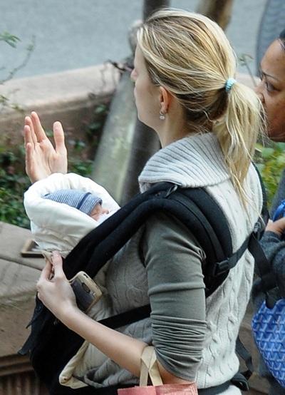 Karolina Kurkova dạo phố cùng em bé mới sinh - 4