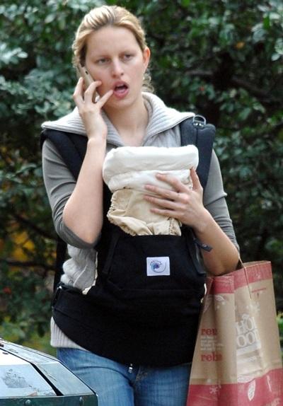 Karolina Kurkova dạo phố cùng em bé mới sinh - 5