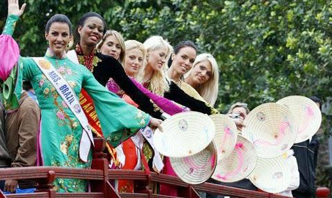 Thí sinh Hoa hậu quý bà Thế giới bất ngờ xuất hiện tại Hà Nội - 2
