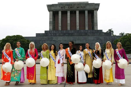 Thí sinh Hoa hậu quý bà Thế giới bất ngờ xuất hiện tại Hà Nội - 3
