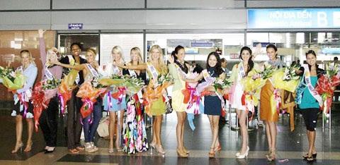 Thí sinh Hoa hậu quý bà Thế giới bất ngờ xuất hiện tại Hà Nội - 1