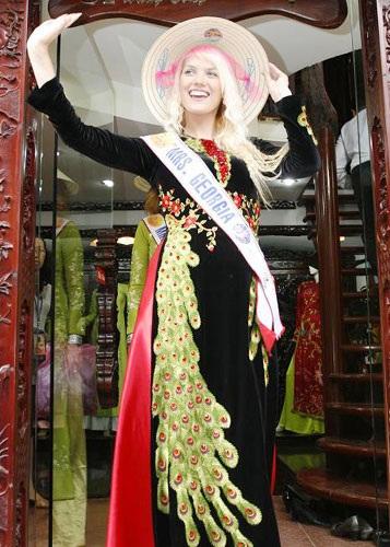 Thí sinh Hoa hậu quý bà Thế giới bất ngờ xuất hiện tại Hà Nội - 5