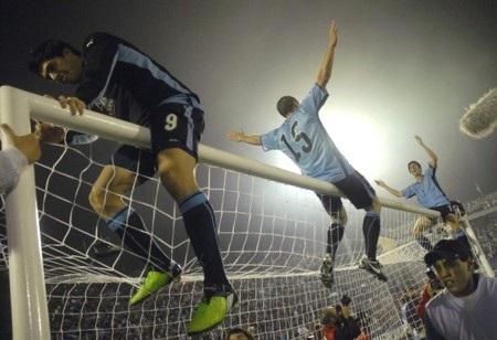 Hòa Costa Rica, Uruguay giành vé vớt tới Nam Phi - 3