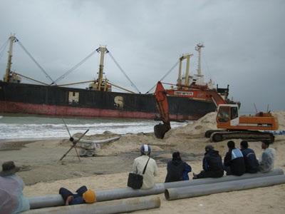 Giải cứu thành công tàu nghìn tấn bị bão đánh dạt vào bãi biển - 1