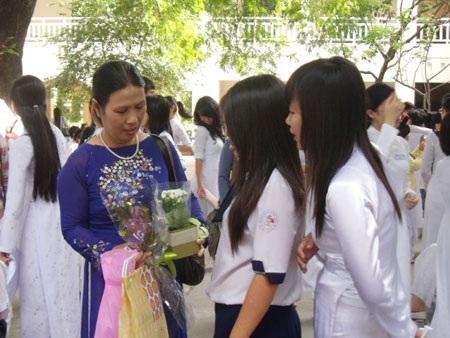 """""""Chúng em sẽ cùng nhau tặng cô, thầy bông hoa này"""" - 7"""