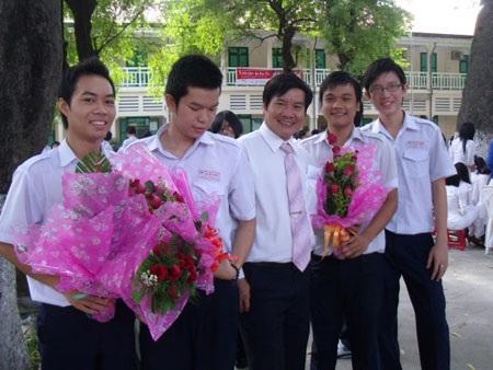 """""""Chúng em sẽ cùng nhau tặng cô, thầy bông hoa này"""" - 6"""