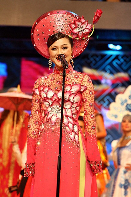 Các quý bà rực rỡ trong trang phục dân tộc - 11