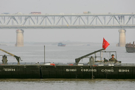 Chùm ảnh: Bắc cầu phao nối hai bờ sông Hồng - 10