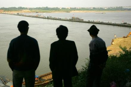 Chùm ảnh: Bắc cầu phao nối hai bờ sông Hồng - 14