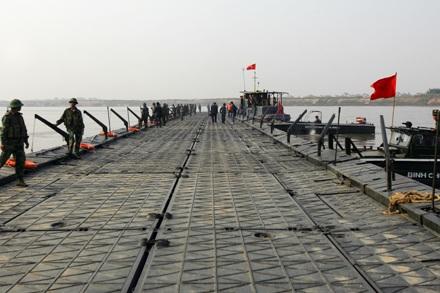 Chùm ảnh: Bắc cầu phao nối hai bờ sông Hồng - 1