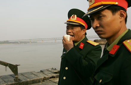 Chùm ảnh: Bắc cầu phao nối hai bờ sông Hồng - 5