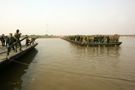 Chùm ảnh: Bắc cầu phao nối hai bờ sông Hồng - 6