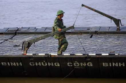 Chùm ảnh: Bắc cầu phao nối hai bờ sông Hồng - 2