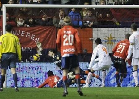 """Hạ gục Osasuna, Valencia trở lại """"top 4"""" - 3"""
