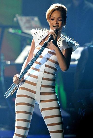 Rihanna và bộ đồ gây sốc - 4