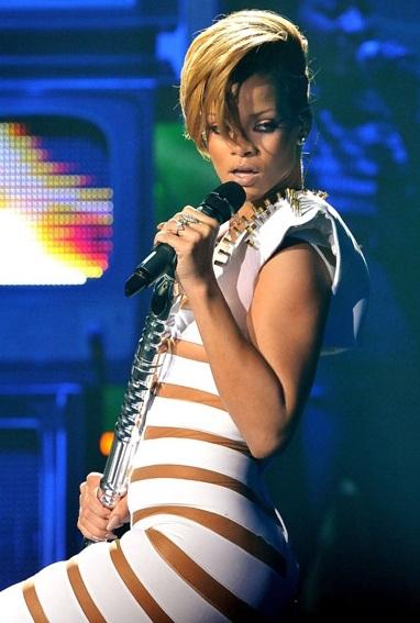Rihanna và bộ đồ gây sốc - 5