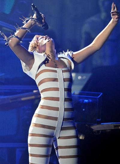 Rihanna và bộ đồ gây sốc - 6