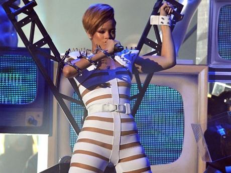 Rihanna và bộ đồ gây sốc - 7