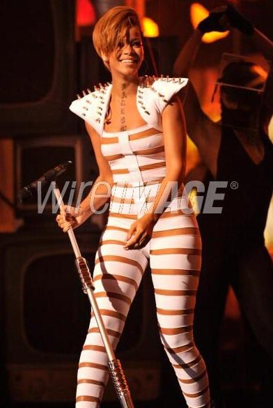 Rihanna và bộ đồ gây sốc - 9