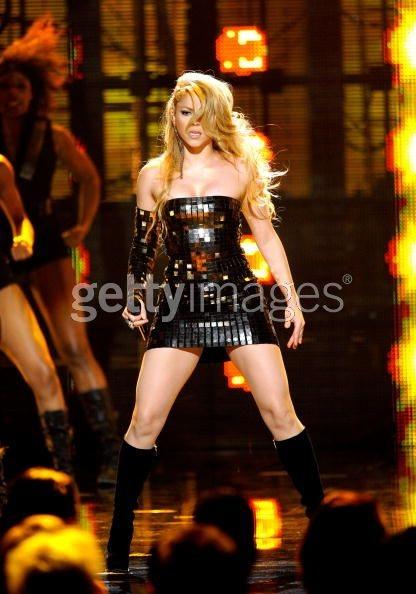 Shakira khoe dáng đẹp trong váy bó sát - 11
