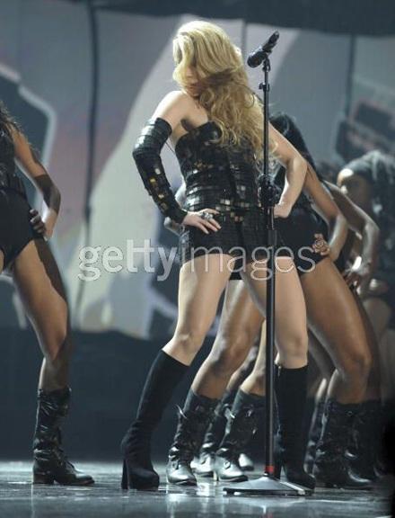 Shakira khoe dáng đẹp trong váy bó sát - 3