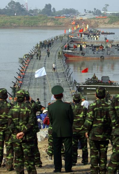 Chùm ảnh: Bắc cầu phao nối hai bờ sông Hồng - 12