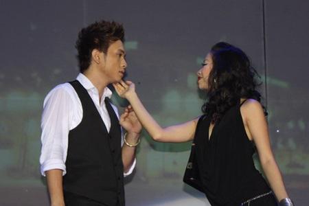 """Hàn Thái Tú """"biến hóa"""" đầy bất ngờ trong live show đầu tiên  - 13"""