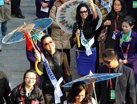 Người đẹp Hoa hậu quốc tế đi vãn cảnh Thành Đô - 1