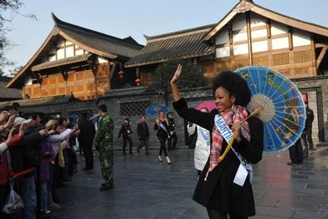 Người đẹp Hoa hậu quốc tế đi vãn cảnh Thành Đô - 6