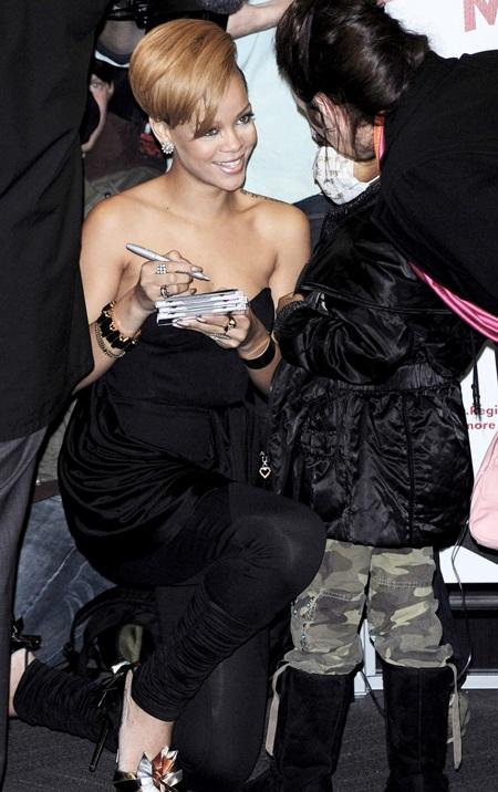 Rihanna xinh đẹp, gợi cảm trong buổi quảng cáo album mới - 10