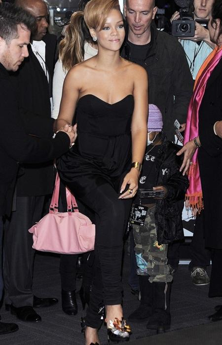 Rihanna xinh đẹp, gợi cảm trong buổi quảng cáo album mới - 1