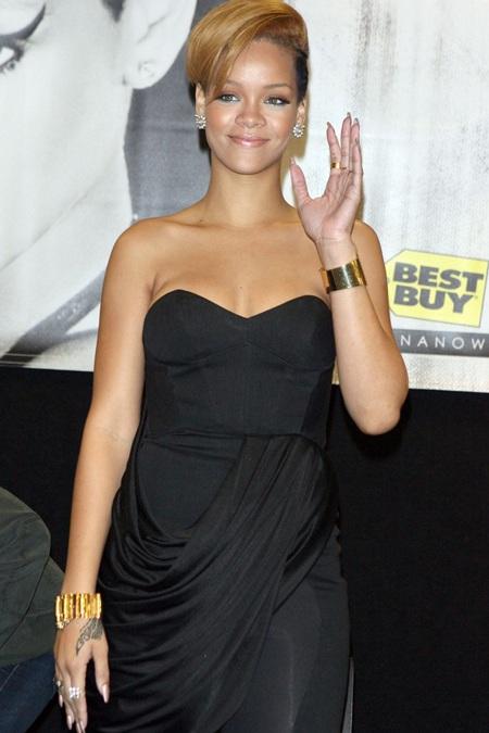 Rihanna xinh đẹp, gợi cảm trong buổi quảng cáo album mới - 5