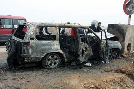 Xe Land Cruiser bốc cháy trơ khung sau tai nạn - 1