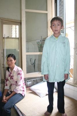 Trao quà nhân ái cho cậu bé Phạm Văn Thoan - 1