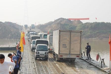 Cấm xe có trọng tải 16 tấn trở lên qua cầu phao - 1