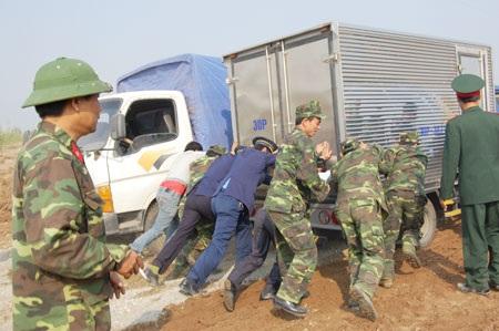 Cấm xe có trọng tải 16 tấn trở lên qua cầu phao - 2