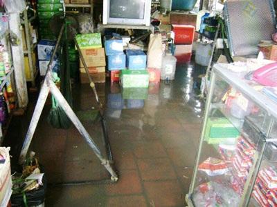 Nước phun thành cột giữa lòng nhà - 1