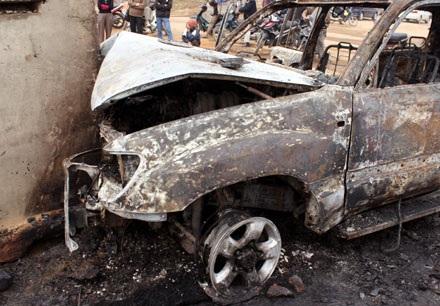 Xe Land Cruiser bốc cháy trơ khung sau tai nạn - 3