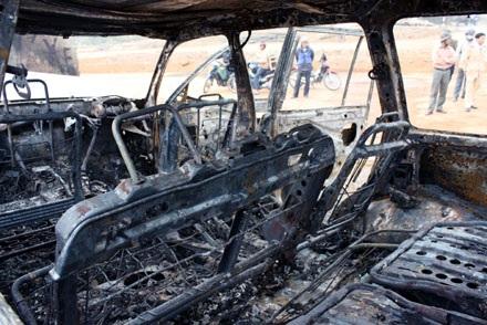 Xe Land Cruiser bốc cháy trơ khung sau tai nạn - 2