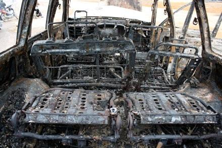 Xe Land Cruiser bốc cháy trơ khung sau tai nạn - 4