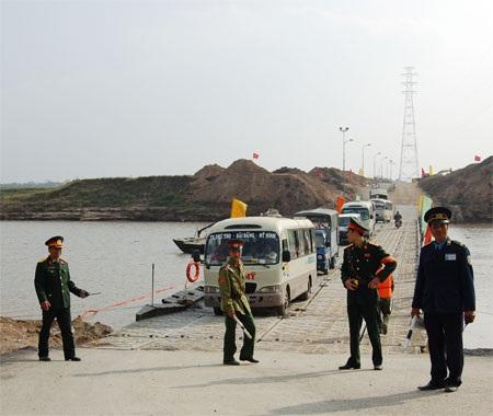 Cầu phao bị xê dịch vì tàu, phà chen lấn - 2