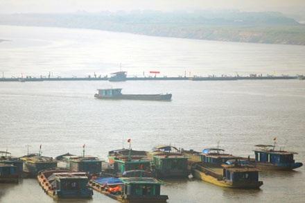 Cầu phao bị xê dịch vì tàu, phà chen lấn - 1