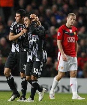 """MU """"phơi áo"""" ngay tại Old Trafford - 1"""