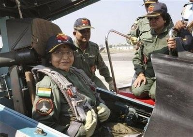 """Nữ Tổng thống 74 tuổi """"chinh phục"""" chiến đấu cơ - 2"""