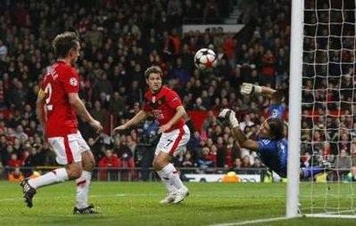"""MU """"phơi áo"""" ngay tại Old Trafford - 3"""