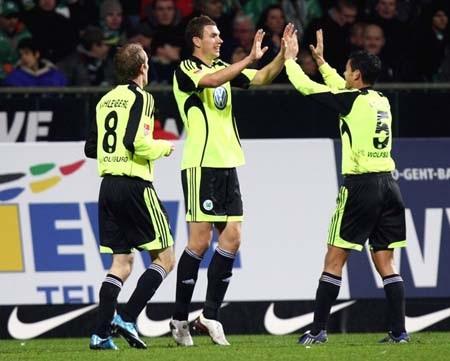 Hòa nghẹt thở với Wolfsburg, Bremen giành ngôi đầu - 2