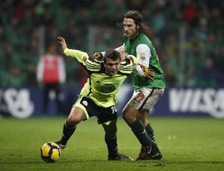 Hòa nghẹt thở với Wolfsburg, Bremen giành ngôi đầu - 1