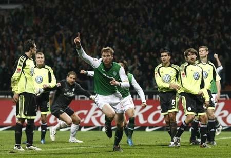 Hòa nghẹt thở với Wolfsburg, Bremen giành ngôi đầu - 3