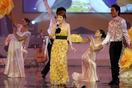 """Thái Thuỳ Linh """"diễn"""" pha tình cảm trong đêm nhạc Trịnh - 11"""